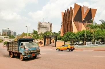 Bundesbehörde im Stadtzentrum von Yaoundé (Service du Premier Ministre). Im Hintergrund das Hilton-Hotel.