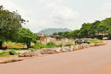 Die Ruinen im Hintergrund werden abgebrochen und das Baumaterial wieder verkauft.