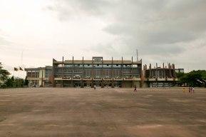 Das Rathaus im Stadtzentrum. Architekt war der Franzose Armand Salomon, der schon vor der Unabhängigkeit in Kamerun Projekte verwirklichte.