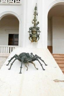 Diese Skulptur einer Spinne greift eine Tradition der Völker des westlichen Kameruns auf. Mit dem Symbol der Spinne sollen die Machthaber zu Geduld ermahnt werden.