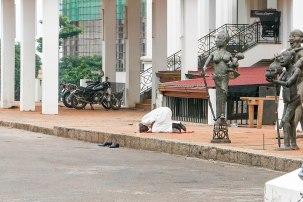 Dieser Mann verrichtet sein Gebet unter freiem Himmel. Kamerun ist eines der wenigen Länder, in denen Muslime und Christen nahezu problemlos und voneinander unbeeindruckt miteinander leben und ihren religiösen Pflichten nachgehen können.