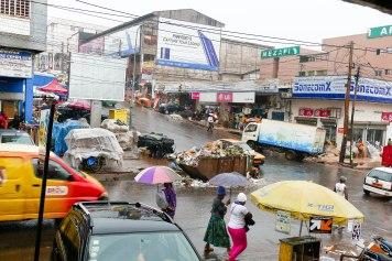 Straßenszene in der Regenzeit.