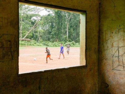 """Das Fußballstadion """"Maracana"""" hinter der Schule"""