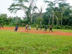 Trainingsspiel. Die Mannschaft oohne Trikot gegen die anderen.