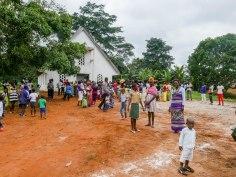 Vor der Kirche der Siebenten-Tags-Adventisten. Quasi alle Menschen auf den Fotos kommen aus Wall und gehören zur gleichen Familie.