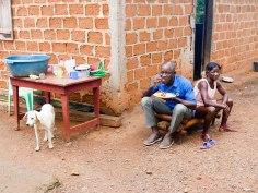 Gegessen wird wird in Schichten, die Familie ist zu groß, um gemeinsam an einem Tisch Platz zu haben.