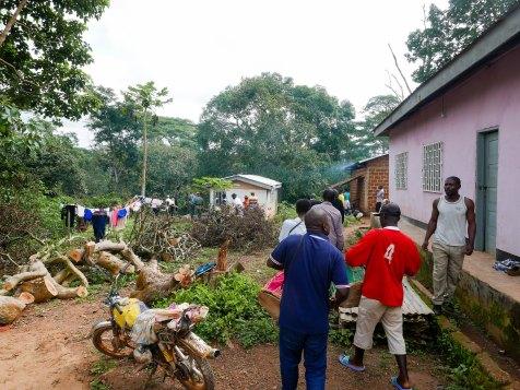Die Prozession zum Grab hinter dem Haus.