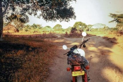 Kleine Pause auf dem Makonde-Plateau vor den typischen Rundhütten.