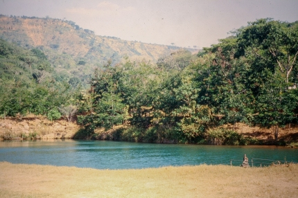 Stausee oberhalb von Ndanda. Im Hintergrund ist der Hang zum Makonde-Plateau sichtbar.
