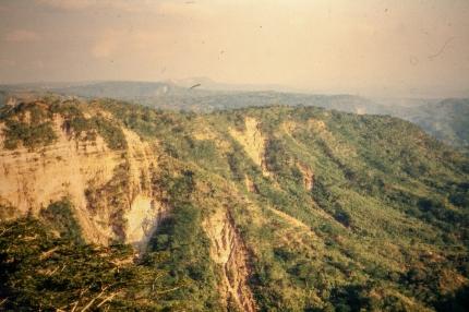 Blick von der Abrisskante hinunter ins Tal.